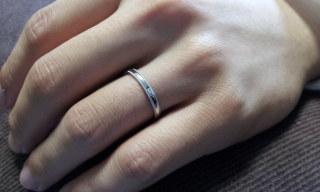 【エクセルコダイヤモンド(EXELCO DIAMOND)の口コミ】 結婚指輪を職場でも着けられるよう、細めのものを選びました。 彼女の指輪…