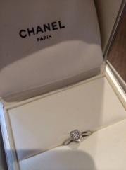 【シャネル(CHANEL)の口コミ】 台座が、シャネルの愛したカメリアの花のデザインになっている。ダイヤの大…