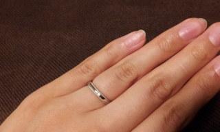 【エクセルコダイヤモンド(EXELCO DIAMOND)の口コミ】 結婚指輪は職場でも着けられるよう、シンプルなものを選びました。 婚約指…