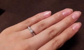【エクセルコダイヤモンド(EXELCO DIAMOND)の口コミ】 メインの石の両脇のアームが細くなっているため、石が目立って大きく綺麗に…