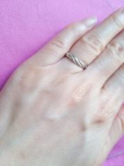 【SCARABE(スカラベ)の口コミ】 旦那が一般的なつるっとした男性の結婚指輪を「かまぼこ」と言っており、こ…