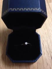 【SIENA(シエナ)の口コミ】 小さくても存在感のあるエンゲージらしいダイヤモンドのデザインと、それで…