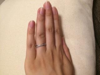 【スタージュエリー(STAR JEWELRY)の口コミ】 Vカットになっていて指が細く見えるところ。婚約指輪と一緒につけた時に隙…