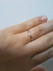【組曲ジュエリーの口コミ】 シンプルなリングを探していました。細めで着けているうちに指に馴染んで…