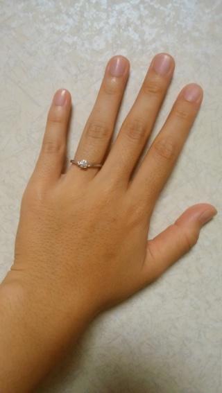 【アイプリモ(I-PRIMO)の口コミ】 婚約指輪は彼が選んでくれました。 THE婚約指輪という感じの真ん中にダ…