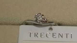 【TRECENTI(トレセンテ)の口コミ】 指輪自体は曲線を描いた柔らかなフォルムをしています。ダイヤは中央のフラ…