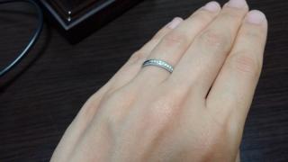 【アイプリモ(I-PRIMO)の口コミ】 波打つデザインではなく直線的で、細身なものを探していました。この指輪は…