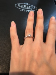 【エクセルコダイヤモンド(EXELCO DIAMOND)の口コミ】 立て爪の中でもサイドに細工が施しており、ダイヤモンドの輝きが際立って見…