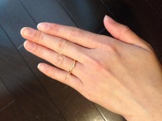 【Mariage(マリアージュ)の口コミ】 以前に購入していた婚約指輪と一緒に付けて形がフィットするかどうかにポ…