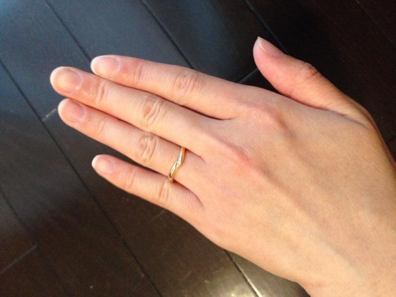 【Mariage(マリアージュ)の口コミ】 以前に購入していた婚約指輪と一緒に付けて形がフィットするかどうかにポイ…