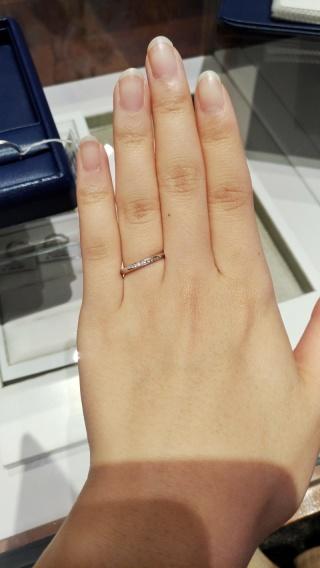 【銀座ダイヤモンドシライシの口コミ】 似たデザインをたくさん試着させていただいたうちの1つです。 指がきれい…