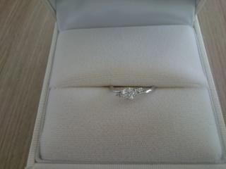 【ラザール ダイヤモンド(LAZARE DIAMOND)の口コミ】 リングの流線型の美しさと、中央の0.4カラットのダイヤの輝きに目を引か…