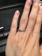 【ラザール ダイヤモンド(LAZARE DIAMOND)の口コミ】 クレセントという指輪を試着しました。ダイヤが下の方から上の方へかけて斜…