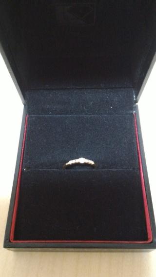 【ラザール ダイヤモンド(LAZARE DIAMOND)の口コミ】 小さなダイヤモンドが数個連なっているので、光に当てると1粒1粒のダイヤ…
