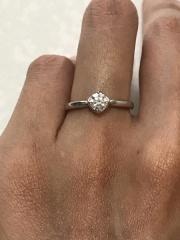 【俄(にわか)の口コミ】 初めから婚約指輪はシンプルなもので、結婚指輪と重ね付けできるものを探し…
