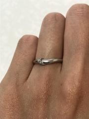 【俄(にわか)の口コミ】 婚約指輪と重ね付けできる指輪にしました。 他のブランドの結婚指輪と迷い…