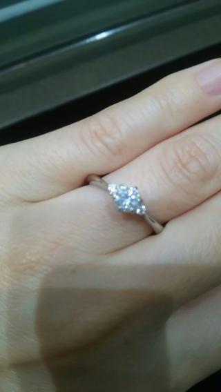 【アイプリモ(I-PRIMO)の口コミ】 真ん中に一粒とサイドにメレダイヤのついたストレートタイプの指輪です。華…