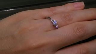 【アイプリモ(I-PRIMO)の口コミ】 真ん中に一粒と両サイドにメレダイヤのついたタイプです。V字タイプですが…