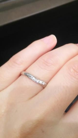 【アイプリモ(I-PRIMO)の口コミ】 V字ラインにメレダイヤの埋め込まれたスタンダードなタイプの結婚指輪です…