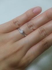 【アイプリモ(I-PRIMO)の口コミ】 指がきれいに見えるラインのものを選びました。結婚指輪と重ね付けした時ぴ…