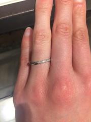 【俄(にわか)の口コミ】 細身で指が綺麗に見えるリングです。ゆるいV字なのも指が長く見える気がし…