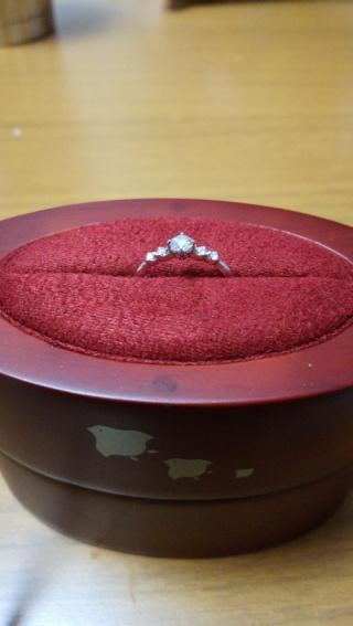 【ひなの口コミ】 メインのダイヤを含む5石連なったのダイヤのバランスが綺麗であり可愛ら…