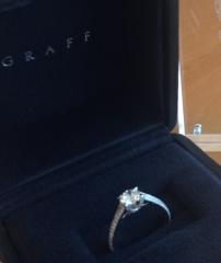 【グラフ(GRAFF)の口コミ】 側面にもメレダイヤが埋め込まれているデザインが気に入りました。 指輪は…