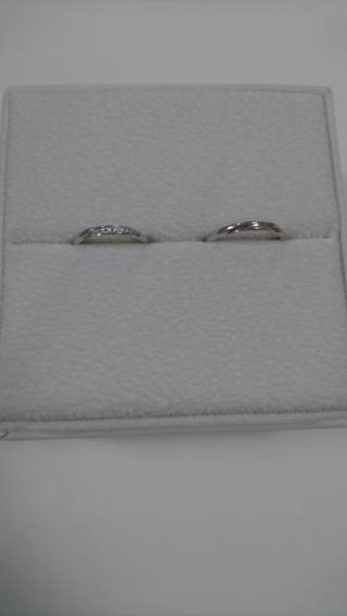 【AFFLUX(アフラックス)の口コミ】 シンプルで女性のものには斜めにダイヤが入っています。側面にもダイヤがち…
