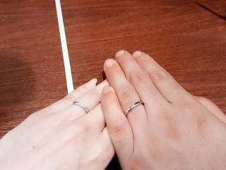【ガラOKACHIMACHIの口コミ】 婚約指輪はダイヤのイメージでしたが、 結婚指輪なので、シンプルなデザイ…