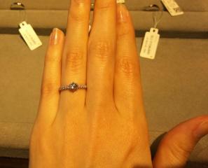 【和光の口コミ】 いわゆるハーフエタニティーの真ん中にダイヤがついている形の指輪です。 …