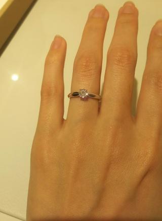 【MIKIMOTO(ミキモト)の口コミ】 4つの爪で留めてあり、丸いダイヤが四角く見えるようなデザインです。 腕…