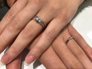 【ROYAL ASSCHER(ロイヤル・アッシャー)の口コミ】 婚約指輪と重ねて付けられるデザインを選びました。指輪のひねりとダイヤの…