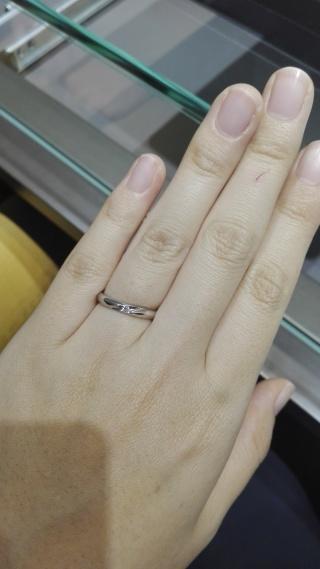 【アイプリモ(I-PRIMO)の口コミ】 シンプルな指輪を探していました。男女ともに斜めの窪みがあって、女性側…