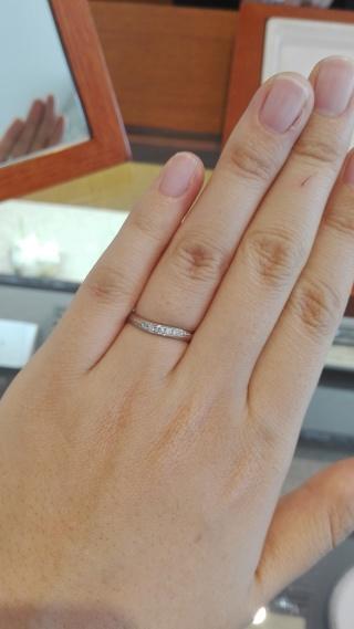 【アネリディギンザ(ANELLI DI GINZA)の口コミ】 ストレートの土台に、ダイヤが斜めに入っているデザインです。斜めライン…