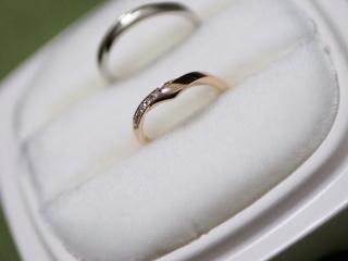 【俄(にわか)の口コミ】 婚約指輪として俄の白鈴を送っていたので、なんとなく結婚指輪も白鈴がいい…