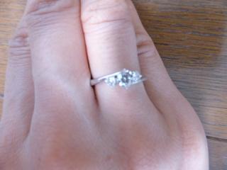 【MIKIMOTO(ミキモト)の口コミ】 婚約指輪らしくお洒落なリングのデザインでかつダイアモンドも真ん中に大き…