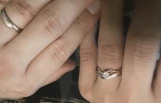 【杢目金屋(もくめがねや)の口コミ】 セットリングのため、重ね付けした際の一体感が味わえます。写真では婚約…