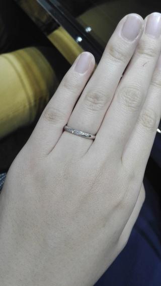 【ラザール ダイヤモンド(LAZARE DIAMOND)の口コミ】 丸みを帯びたストレートの土台に、斜めにラインダイヤが緩く入っているデザ…