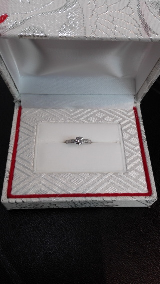 【カオキ ダイヤモンド専門卸直営店 の口コミ】 お気に入りのデザインがもともとあったので、それをオーダーさせていただ…