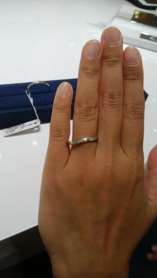 【4℃(ヨンドシー)の口コミ】 鍛造法で作られた、期間限定で販売している指輪という説明をしていただき…