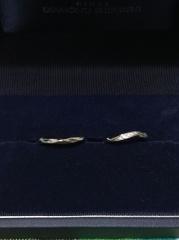 【銀座ダイヤモンドシライシの口コミ】 新郎新婦ともにシンプルなデザインを希望していたため、指を見てもらい、…