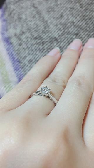 【銀座ダイヤモンドシライシの口コミ】 一粒ダイヤのシンプルな婚約指輪を探しており、台座のデザインが気に入った…