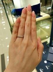【ROYAL ASSCHER(ロイヤル・アッシャー)の口コミ】 ダイヤがキラキラですごく綺麗で、見とれて しまいました。 初めはロイヤ…