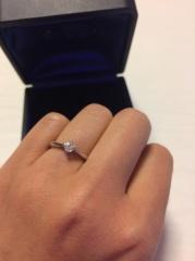 【ROYAL ASSCHER(ロイヤル・アッシャー)の口コミ】 ロイヤルアッシャーカットが施されているこの指輪は光がとても綺麗に映し出…