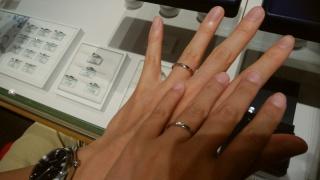 【銀座ダイヤモンドシライシの口コミ】 私(女性側)の指が細いため、ダイヤモンドが多くついている指輪にすると…