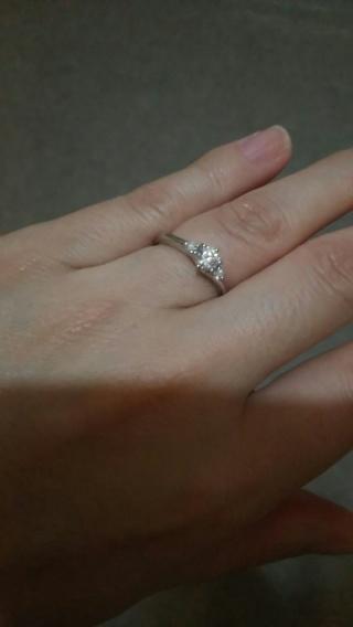 【銀座ダイヤモンドシライシの口コミ】 真ん中に大き目の一粒、左右に一粒づつという、シンプルながら存在感のあ…