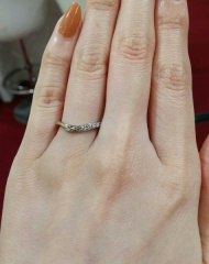 【アンジェリックフォセッテ(Angelique Fossette)の口コミ】 ダイヤが大きく、沢山ついています。 Vラインの指輪なので、指を長く見せ…