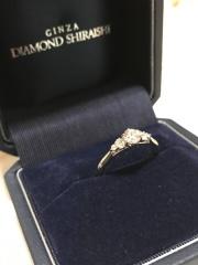 【銀座ダイヤモンドシライシの口コミ】 珍しいデザインだなぁと思い、とても気に入りました。 左右に3つずつ付い…