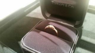 【ティファニー(Tiffany & Co.)の口コミ】 華奢なシルエットと主張しすぎないダイヤモンドに一目惚れしました。 結婚…