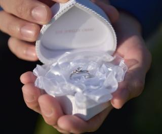 【アイジュエリー ウマキ(EYE JEWELRY UMAKI)の口コミ】 3つのダイアモンドの中にビンクダイアが入っていてとっても可愛いデザイン…